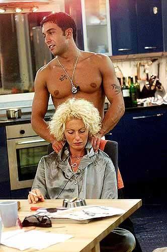Pietro Taricone abbraccia Cristina Plevani durante la prima edizione del Grande Fratello che li vide protagonisti.