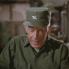 Harry Morgan in una scena di M.A.S.H.