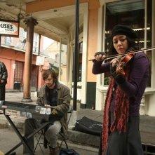 Michiel Huisman e Lucia Micarelli in una scena di Treme