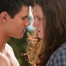 Jacob (Taylor Lautner) e Bella (Kristen Stewart) in un momento del film The Twilight Saga: Eclipse