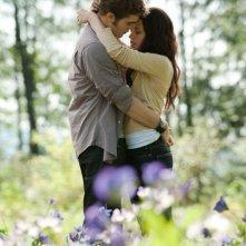 Un romantico momento fra Robert Pattinson e Kristen Stewart nella radura in The Twilight Saga: Eclipse