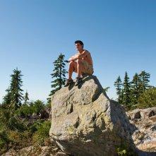 Jacob (Taylor Lautner) in cima ad una roccia nel film The Twilight Saga: Eclipse