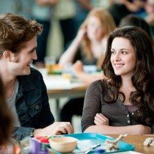 Kristen Stewart sorride a Robert Pattinson in una scena di The Twilight Saga: Eclipse