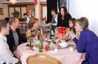 Michael Keaton, Carol Burnett, Alexis Bledel, Jane Lynch e Zach Gilford in una scena della commedia Lauereata... e adesso?