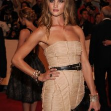 Rosie Huntington-Whiteley a una serata di gala