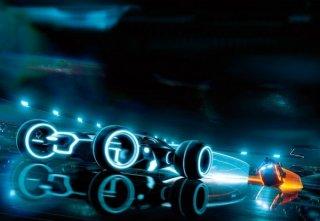 Computer e sfondi sintetici in una scena di Tron Legacy