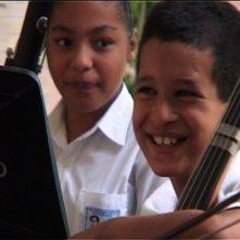 Bambini in una cuola di musica di Caracas nel film A Slum Simphony