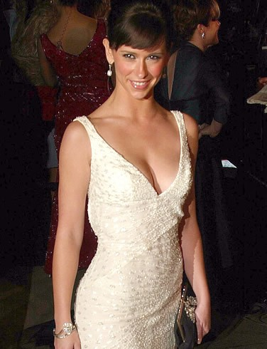 Jennifer Love Hewitt fasciata in un abito bianco