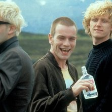Kevin McKidd, Jonny Lee Miller, Ewan McGregor ed Ewen Bremner in una scena di Trainspotting
