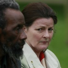 Brenda Blethyn e Sotigui Kouyate in un momento del film London River