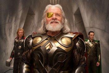 Anthony Hopkins nei panni di Odino (in primo piano) Tom Hiddleston in quelli di Loki e Chris Hemsworth novello Thor