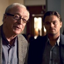 Michael Caine e Leonardo DiCaprio nel film Inception