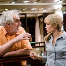 Angelina Jolie e il regista Phillip Noyce sul set dell'action movie Salt