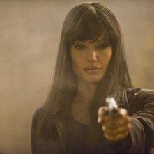 Una determinata Angelina Jolie nel film Salt
