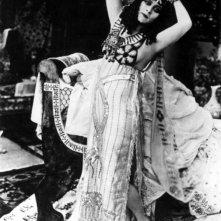 Theda Bara è Cleopatra, sovrana d'Egitto
