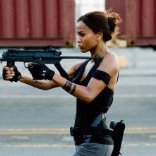Aisha (Zoe Saldana) in una scena d'azione nel film The Losers