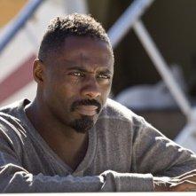 Idris Elba in una scena del film The Losers
