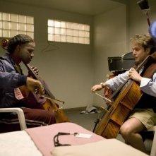 Il musicista senzatetto Nathaniel Ayers (Jamie Foxx) si esercita nel film The Soloist