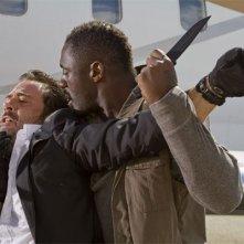 Jeffrey Dean Morgan con Idris Elba in una scena del film The Losers