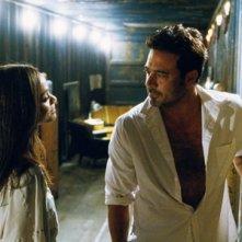 Zoe Saldana e Jeffrey Dean Morgan in una scena del film The Losers