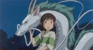 Chihiro e il drago Aku  in una scena de La città incantata - Spirited Away
