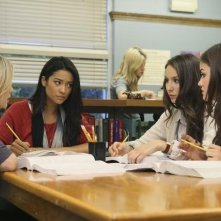 Lucy Hale, Ashley Benson e Troian Bellisario in una scena dell'episodio The Perfect Storm di Pretty Little Liars