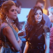 Lucy Hale ed Ashley Benson nell'episodio There's No Place Like Homecoming di Pretty Little Liars