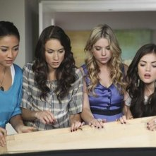 Shay Mitchell, Lucy Hale ed Ashley Benson in un momento dell'episodio Please Don't Talk About Me When I'm Gone di Pretty Little Liars