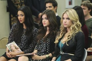 Shay Mitchell, Lucy Hale ed Ashley Benson nell'episodio Please Don't Talk About Me When I'm Gone di Pretty Little Liars