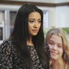 Shay Mitchell nell'episodio Please Don't Talk About Me When I'm Gone di Pretty Little Liars