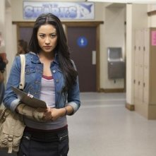 Shay Mitchell nell'episodio The Homecoming Hangover di Pretty Little Liars