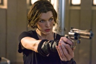 Una determinata Alice (Milla Jovovich) in una sequenza del film Resident Evil: Afterlife