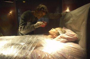Michael C. Hall mostra una foto a Christina Cox nell'episodio Dex Takes a Holiday di Dexter