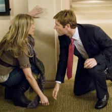 Aaron Eckhart e Jennifer Aniston nel film Love Happens