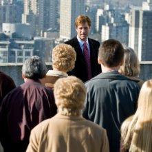 Aaron Eckhart  in una scena affollata del film Love Happens