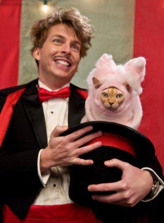Jack McBrayer in una scena di Cats & Dogs: The Revenge of Kitty Galore
