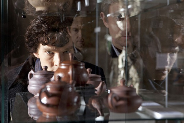 Benedict Cumberbatch in una scena dell'episodio The Blind Banker di Sherlock