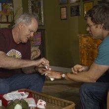 John Lithgow medica Michael C. Hall, ferito, nell'episodio If I Had a Hammer di Dexter