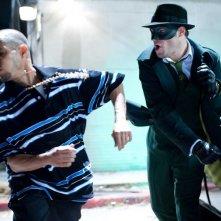 Seth Rogen colpisce un avversario in una scena di The Green Hornet