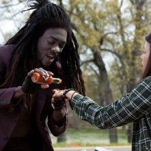 Il Vampiro Antoine (B.J. Britt) vuole assaggiare Becca (Jenn Proske) in un momento del film Vampires Suck