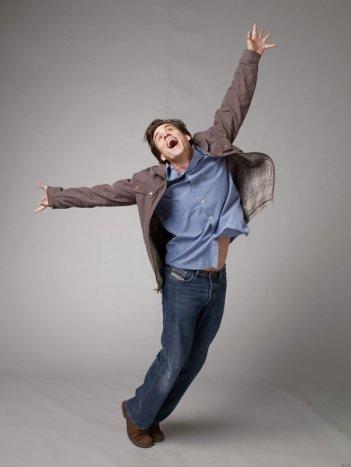 Jim Carrey in una simpatica posizione per una foto promo del film Yes Man