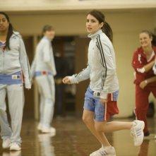 Emma Roberts palleggia sul campo di basket in The Winning Season