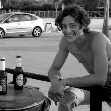 L'attore Alessandro Gimelli in pausa sul set de La Polinesia sotto casa