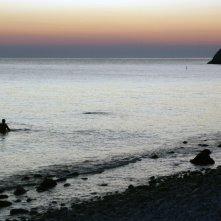La Polinesia è sotto casa: ultimo giorno di riprese alba a Portonovo (Ancona) in acqua il regista Saverio Smeriglio, Gianlulca D'Ercole e Jacopo Bartolini