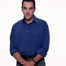 Mandy Patinkin in una foto promo per la stagione 1 di Dead Like Me