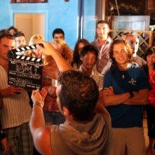 sul set italiano de La Polinesia è sotto casa: In maglia blu l'attore Tommaso Benvenuti e alla sua sx l'attore Pierfrancesco Pesaola, al ciak Pietro Cozzolino