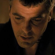 George Clooney in una scena del film horror Dal tramonto all\'alba