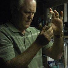 Trinity (John Lithgow) osserva le ceneri in una scena dell'episodio Rimorsi di Dexter