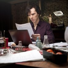 Benedict Cumberbatch in una scena dell'episodio The Great Game di Sherlock