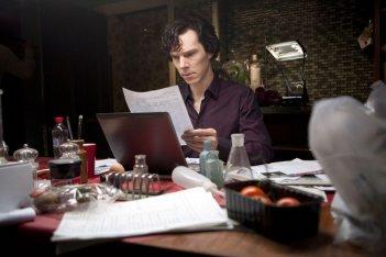 Benedict Cumberbatch in una scena dell'episodio The Great Game di Sherlock